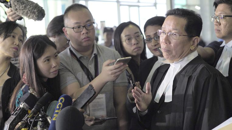 Assassins - Documentary (USA-2020) - Ryan White - Caption:Siti Aisyahís lawyer, Gooi Soon Seng, speaking to reporters outside the courthouse Beeld VRT
