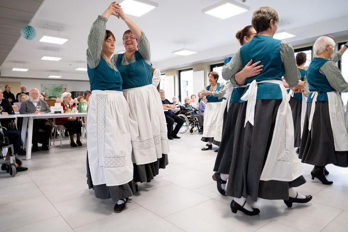 De groep danste voor Hilde en riep zo herinneringen op aan de tijd toen ze samen met haar man met De Pioenen de wereld rondreisde.