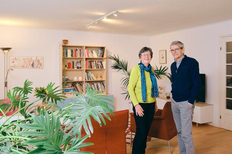 Tiny Oosterman en Theo Horsten in hun huidige woning. Beeld Sjaak Verboom