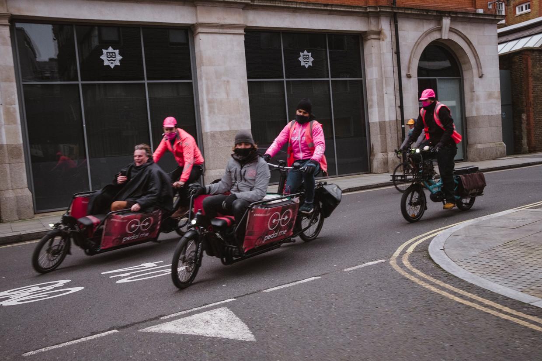 De straten van Londen, zeker die in de binnenstad, zijn tijdens de lockdown vrijwel het exclusieve domein van koeriers en klussers. Beeld Carlotta Cardana