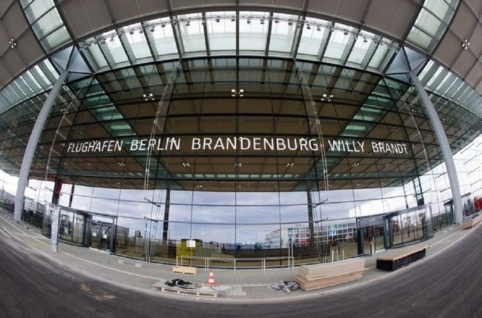 De luchthaven zou op 30 oktober 2011 in bedrijf worden genomen maar de opening moest maar liefst zes keer worden uitgesteld.