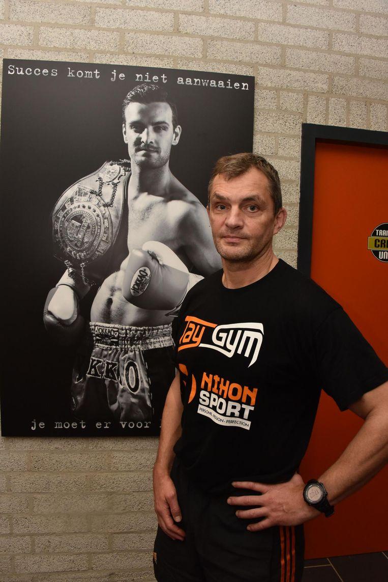 Trainer Ludo Kaathoven bij een poster van de vermiste Marc De Bonte.