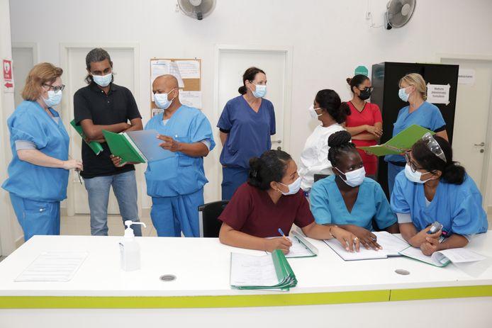 Verpleegkundige Annemarie de Witte (links), longarts Sunil Ramlal (derde van links) en verpleegkundige Mavis Hassankhan (rechts vooraan) van het IJsselland Ziekenhuis helpen in de strijd tegen het coronavirus in het Ziekenhuis Wanica in Suriname.