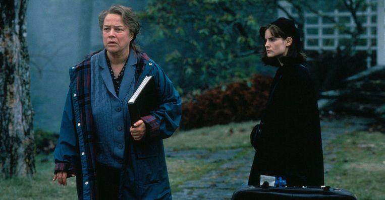 Kathy Bates (links) en Jennifer Jason Leigh in Dolores Claiborne van Taylor Hackford. Beeld