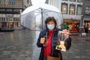 Marleen Liefsoens (58) loopt rond in de Hasseltse winkelstraten om de Sint een handje te helpen en de chocolade voor haar kinderen af te halen.