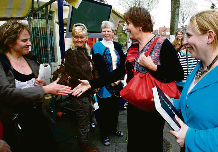 Oud-minister Ella Vogelaar op bezoek in Woensel-West. Rechts Mary Fiers, destijds wethouder in Eindhoven