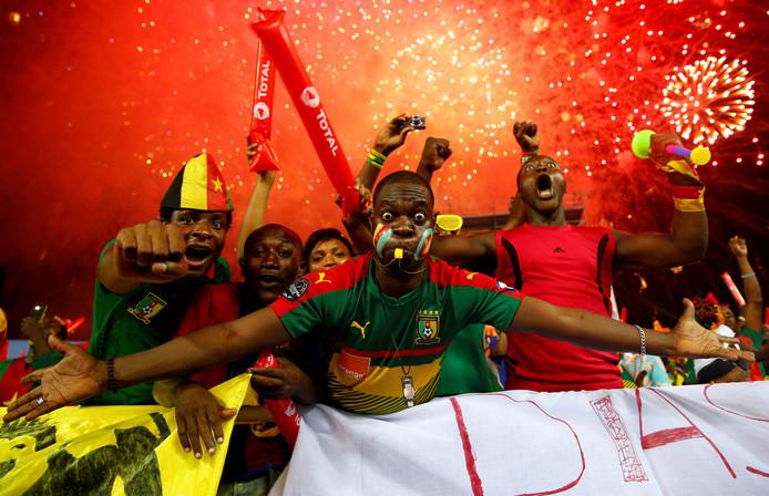 Fans van Kameroen moedigen hun land aan.