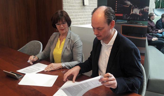 Anja de Vos-Biemans, regiodirecteur Zuid van KPN, en wethouder Daan Quaars (Digitalisering, VVD) tekenen een overeenkomst die het mogelijk maakt dat heel Breda wordt voorzien van glasvezel.