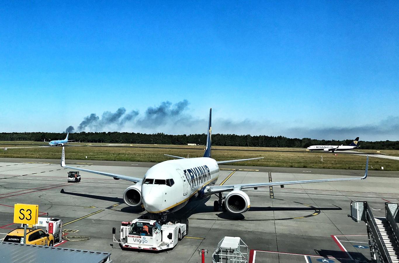 De rookontwikkeling in Middelbeers is goed te zien vanaf Eindhoven Airport.