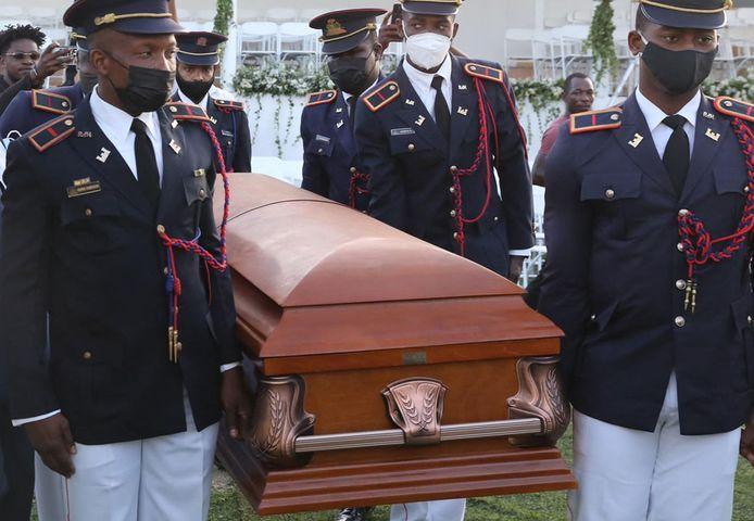 Militairen dragen de kist van de vermoorde Haïtiaanse president Jovenel Moïse.