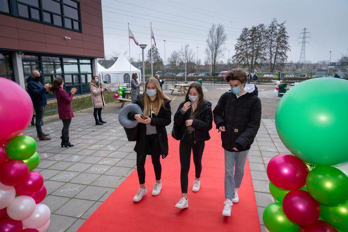 Leerlingen van het OBC in Bemmel gingen maandagmorgen over de rode loper hun school binnen.