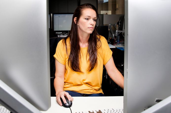 Rechercheur Lesley Lindner bekijkt de filmpjes eerst zonder geluid.