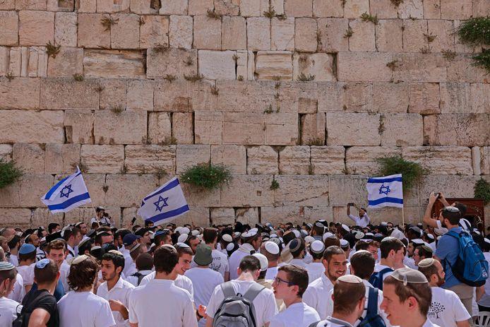 Aanwezigen bij de Klaagmuur willen straks met Israëlische vlaggen door Palestijnse wijken.