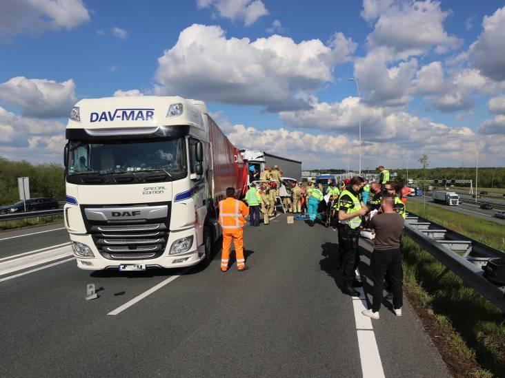 A67 richting Belgische grens dicht door ongeval met vrachtwagens, één persoon bekneld