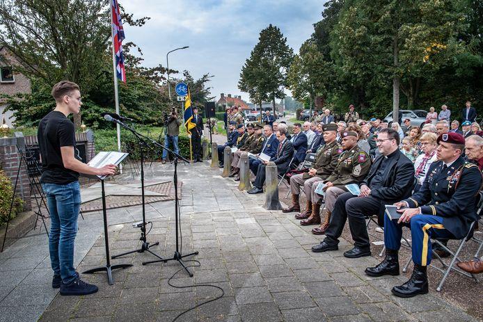 Youri Pouwels leest een gedicht voor bij de Market Garden-herdenking in Groesbeek