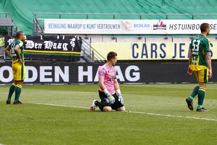 Teleurstelling donderdagmiddag bij ADO nadat Willem II de 3-0 heeft gescoord. ADO degradeert uit de eredivisie, tot woede van de fans buiten het stadion. Beeld ANP