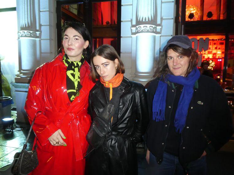Kunstenaars Mila van der Linden en Jessica van  Halteren (MulasxMila, 27 dec t/m 2 jan) en Mélanie  Corre (8 t/m 13 jan). Dat wordt omfietsen. Beeld Hans van der Beek