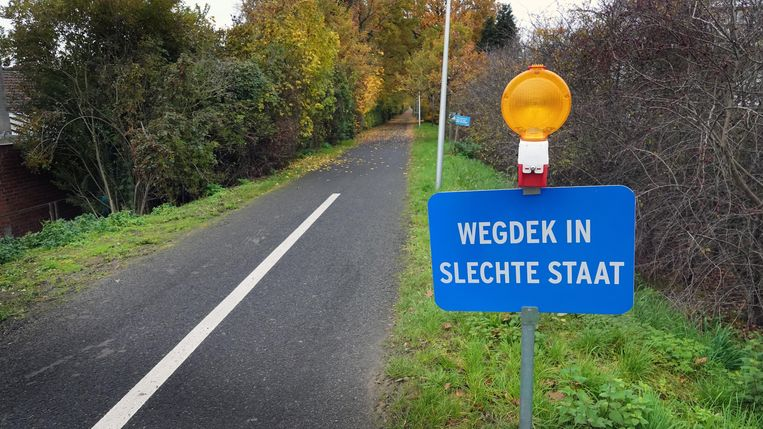 Het fietspad aan de Deerlijkstraat verkeert in een slechte staat.