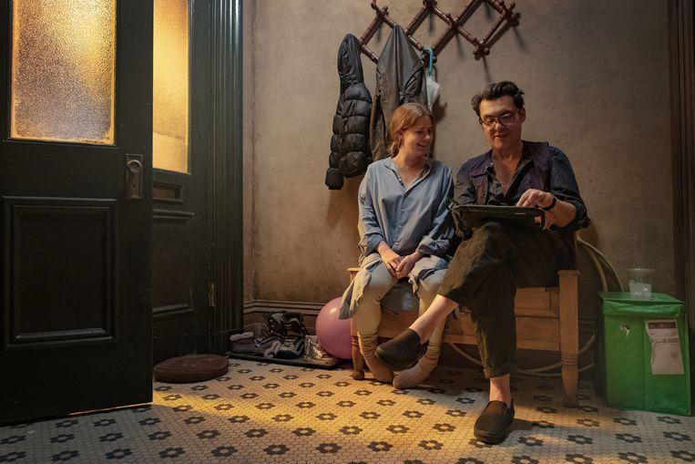 Regisseur Joe Wright op de set met Amy Adams. Beeld Melinda Sue Gordon / Netflix Inc.
