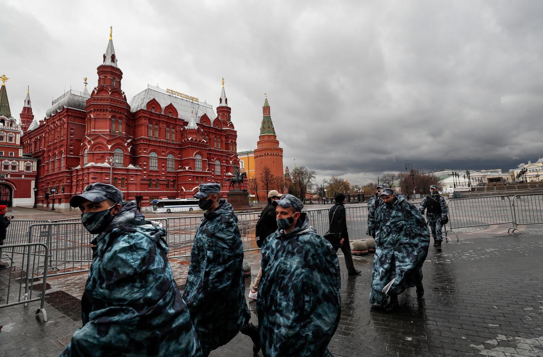 Russische agenten bereiden zich op het Manezhnaya-plein in Moskou voor op de komst van Navalny-aanhangers.