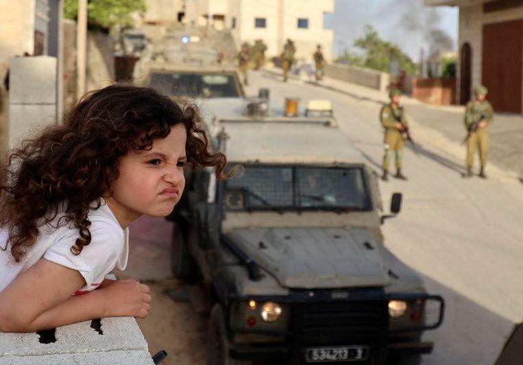 Israëlische soldaten doen onderzoek op de Westelijke Jordaanoever in de omgeving van de stad Nablus. Beeld AFP