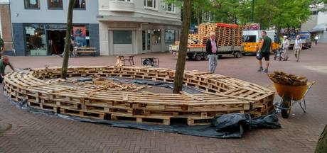 Ploegmakers maakt bankjes op Oss' Walplein af