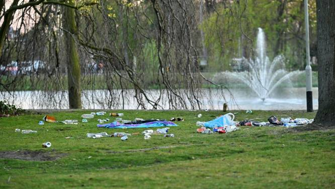 Buurtbewoners ruimen achtergelaten troep op na drukke dag in Wilhelminapark Breda