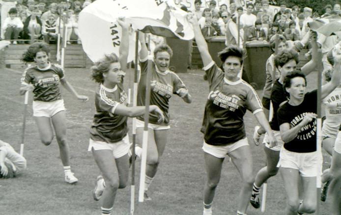 Het Elfdorpenspel in 1985: hardlopen tussen attributen uit de gymzaal.