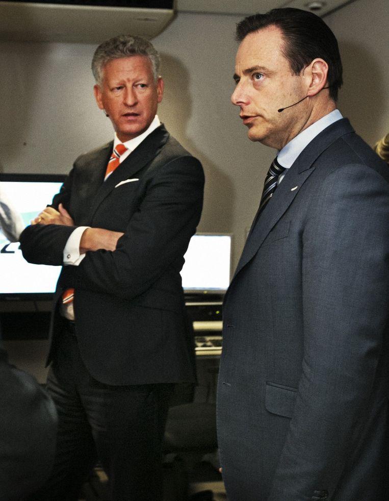 Pieter De Crem en Bart De Wever bij aanvang van een vrt-debat vorig jaar. Beeld Tim Dirven