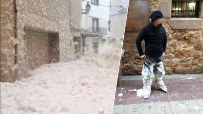 """Vlaming in Spaans dorp dat schuimbad werd door storm: """"Vieze, bruine plekken op alle gevels"""""""