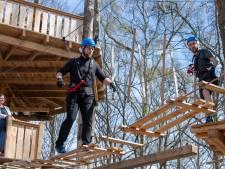 Nieuw klimbos Lemelerveld geopend met spectaculaire stunt boven natuurbad