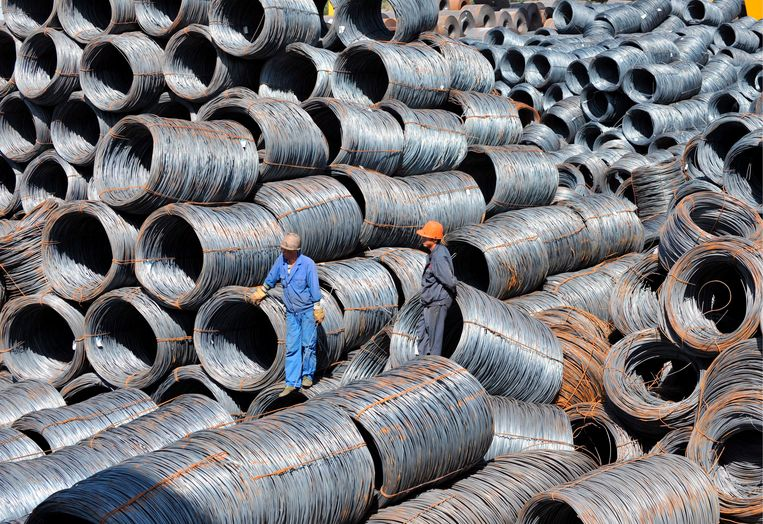 Staalrollen in een overslaghaven in Shenyang in Noordoost-China. Beeld EPA