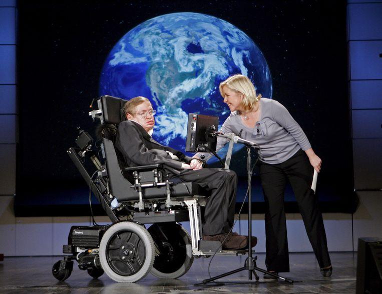 Professor Stephen Hawking met zijn dochter Lucy Hawking tijdens een presentatie aan The George Washington University in Washington D.C., 21 april 2008.  Beeld BELGAIMAGE