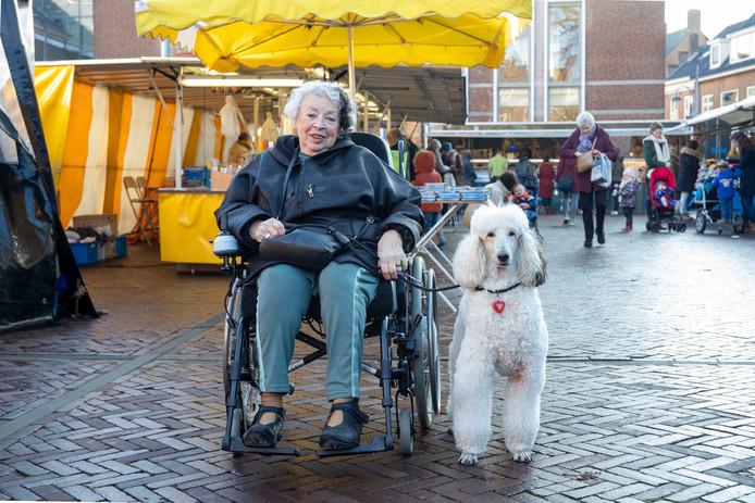 Dolly Compagner met haar hond Chiara.