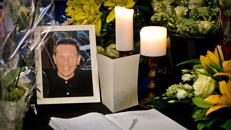 Bloemen bij een portret van grensrechter Richard Nieuwenhuizen in het clubhuis van Buitenboys, enkele dagen na zijn overlijden. Beeld ANP