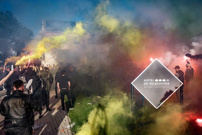 NAC-supporters afgelopen dinsdag met fakkels bij hotel De Reiskoffer.