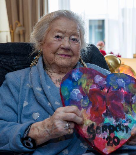 Gordon vertrouwt levensverhaal toe aan mevrouw Huninck (100) uit Rooi: 'Ik zag een traan in zijn ooghoek'