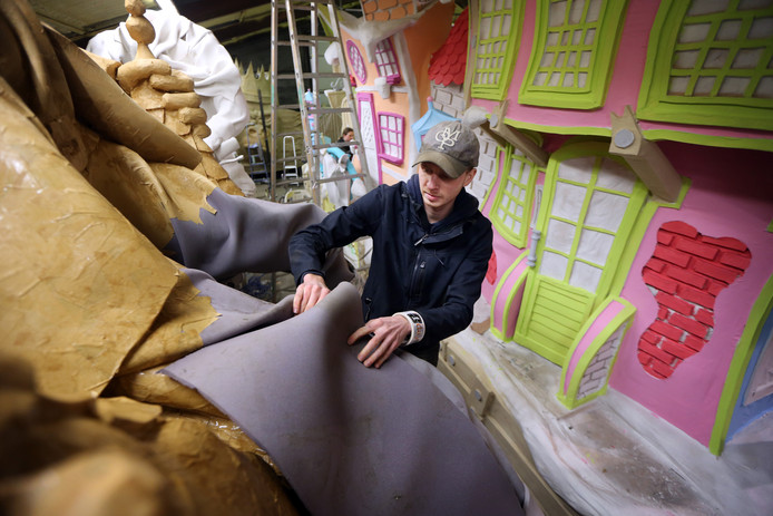 Waar ze in Breda klei en polyester gebruiken en in Prinsenbeek kippengaas, zijn foam en kippengaas de materialen om de praalwagens in Raamsdonk in vorm te krijgen. Nick Fleischmann (23), van CV Oké, kan er in elk geval goed mee uit de voeten.