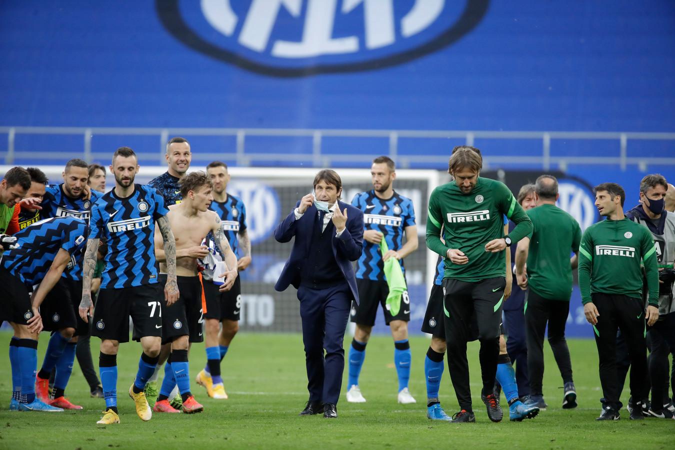 Antonio Conte bejubelt de zege op Sampdoria en de titel. Op de achtergrond Stefan de Vrij.