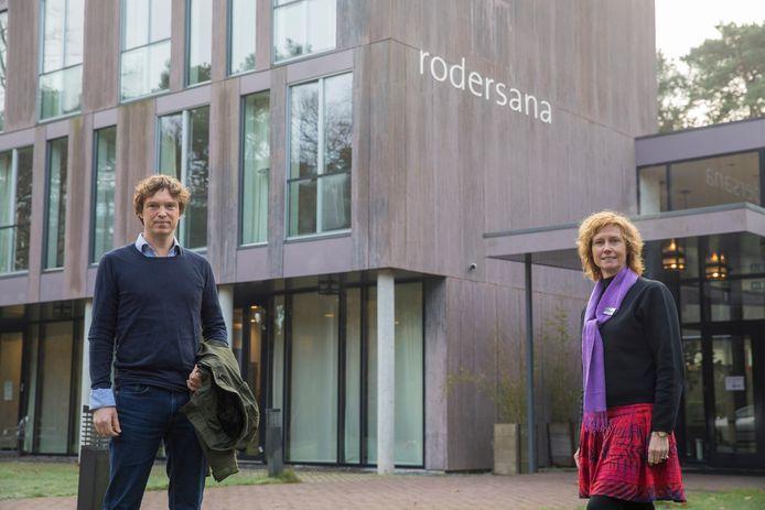 Directeur Carla Overkamp en behandelaar Fedor van Helden voor de entree van verslavingskliniek Rodersana in Oirschot.