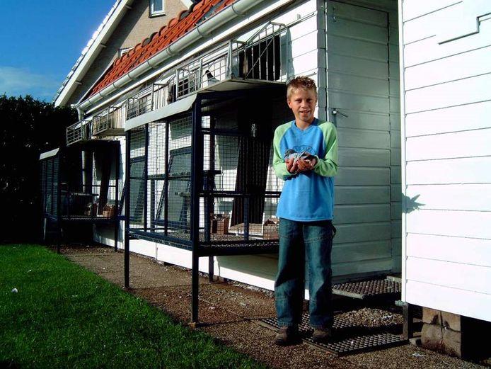 Een jonge Jesse Seppenwoolde met een duif.
