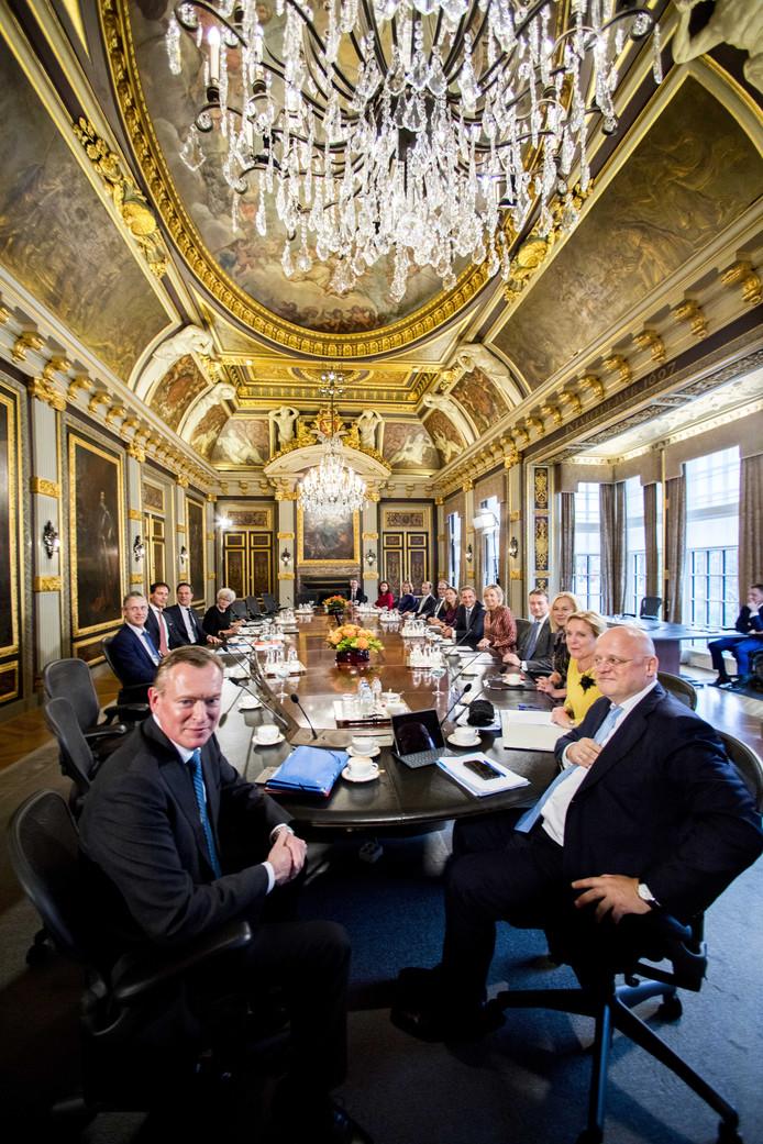 Uiterst rechts Ferdinand Grapperhaus, minister van justitie (archieffoto)