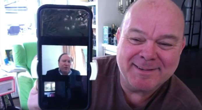 Paul de Leeuw maakte de zingende burgemeester van Zwijndrecht een compliment in zijn online show.