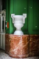 Een van de opvallende vazen in de inkomhal.