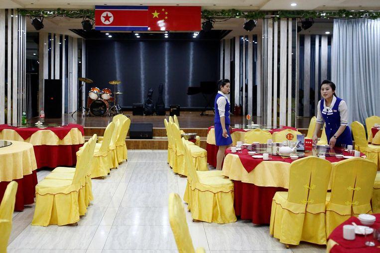 Een van de vele Noord-Koreaanse restaurants in Dandong waar rijst en kimchi op de toeristen wachten. Beeld Reuters