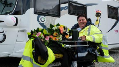 """Roosje rijdt met elektrische rolstoel 1.000 kilometer richting Compostela: """"Belofte aan overleden man nagekomen"""""""