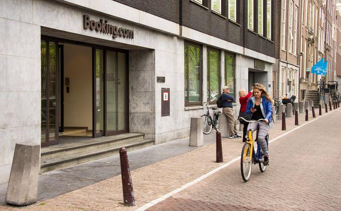 Exterieur van het hoofdkantoor van Booking.com in Amsterdam.