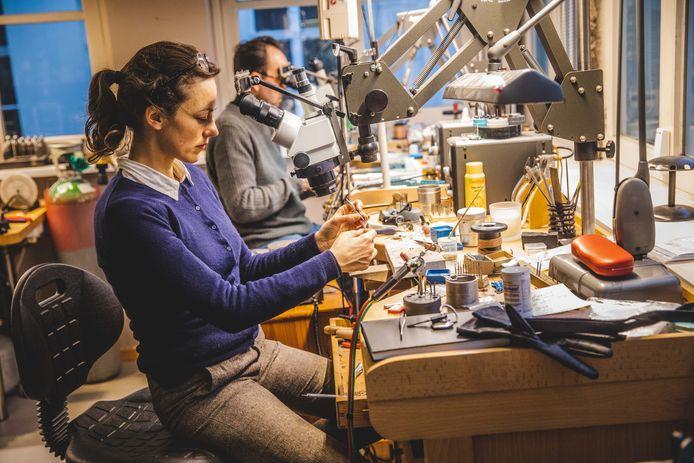 Op de tweede verdieping bij Heursel is er een atelier waar juwelen worden gemaakt en hersteld.