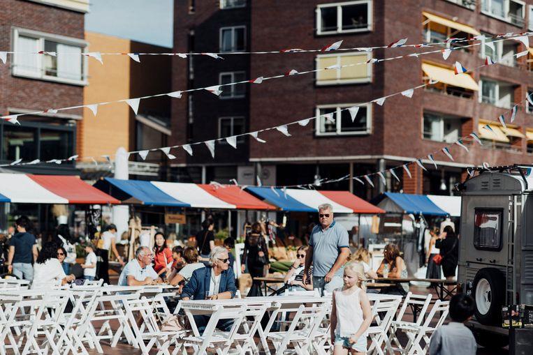 De luifels van de kraampjes op Amstelveen Stadshart kleuren dit weekend blauw, wit en rood. Beeld Corina Bouweriks