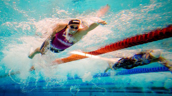 Topzwemster Ranomi Kromowidjojo in actie op de 50 meter vrije slag tijdens een wedstrijd in Eindhoven. De KNZB weet niet waar Apeldoorn uit concludeert dat dit soort wedstrijden onhaalbaar is.